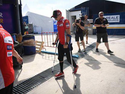 El piloto de Ducati Jorge Lorenzo camina con ayuda de unas muletas en el circuito de Buriram, en Tailandia.