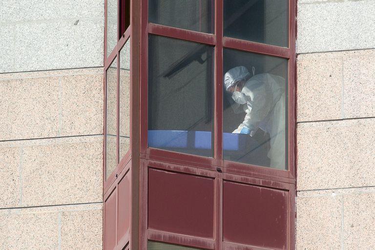 Un trabajador protegido, junto a una ventana de la residencia de mayores DomusVi de Outeiro de Rei, en la provincia de Lugo.