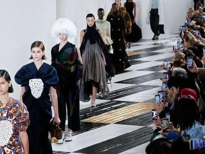 Las modelos en el desfile de Loewe en París, este viernes.