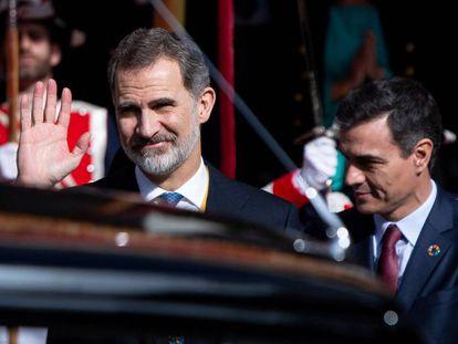 El rey Felipe VI, junto al presidente del Gobierno, Pedro Sánchez, este lunes en el Congreso.