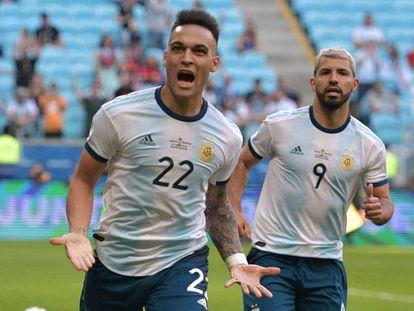 Lautaro Martínez y el Kun Agüero celebran el primer gol de Argentina ante Qatar.