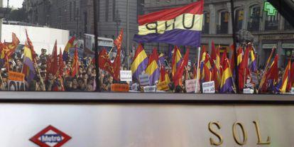 Varias personas portan banderas republicanas, en la Puerta del Sol de Madrid, tras conocerse la abdicación del Rey.