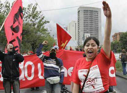 Miembros de la Coordinadora Continental Bolivarianal (CCB) protestan ante la embajada de EE UU en Quito.