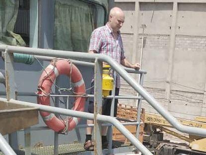 El marinero gallego Pablo Costas, pasea por el 'Cobija', en Yemen, en una imagen reciente.
