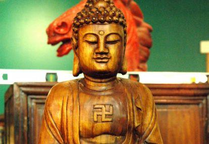 Buda con la esvástica en sentido levógiro (cuando gira a la izquierda) grabada en el pecho. En la cultura y religión budistas, la esvástica es un símbolo de paz y prosperidad. Puede girar en uno u otro sentido, pero desde mediados del siglo XX lo hace casi siempre a la izquierda para diferenciarse de la cruz del Reich.