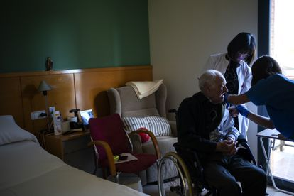 Una enfermera vacunaba el martes a un hombre en una residencia de Barcelona.