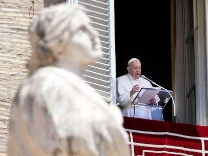 El papa Francisco durante el rezo del Angelus en la plaza de San Pedro de Ciudad del Vaticano.