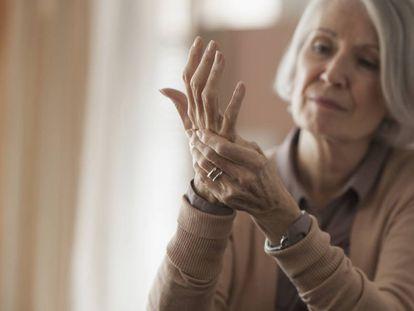 Una mujer toca su mano.