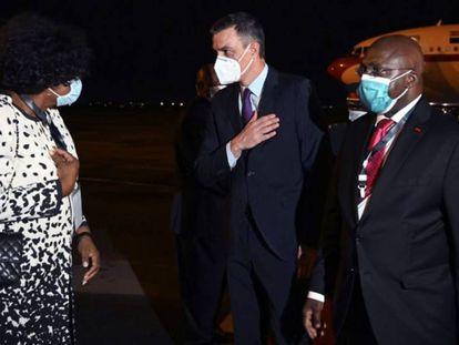 Pedro Sánchez, acompañado por el ministro de Asuntos Exteriores de Angola, Tete Antonio, a su llegada al aeropuerto internacional de Luanda. / EFE