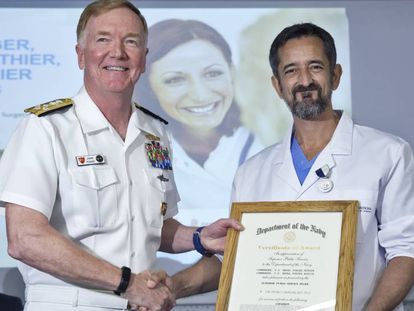 El doctor Pedro Cavdas, a la derecha, con el comandante de la Armada de EE UU en Europa, James Foggo, en el Hospital de Manises (Valencia). FOTO: MÒNICA TORRES. VÍDEO: EFE