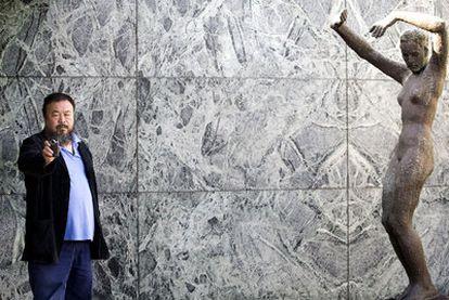 El artista chino Ai Weiwei, en el pabellón Mies van der Rohe de Barcelona.