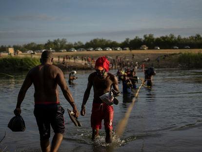 Migrantes haitianos cruzan el Río Bravo, este 22 de septiembre.