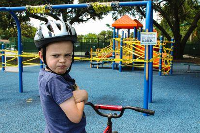 Un niño está enfadado porque han cerrado los parques infantiles durante la pandemia.