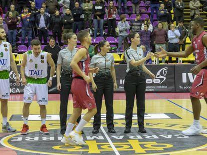 Las tres árbitras que pitaron el Valladolid-Tau Castelló de Leb Oro.