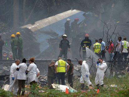 Personal de emergencias trabajan en el lugar donde se ha estrellado un avión de la compañía Cubana de Aviación, en La Habana, Cuba.