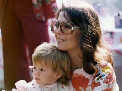Natalie Wood junto a su hija Natasha, en los años setenta