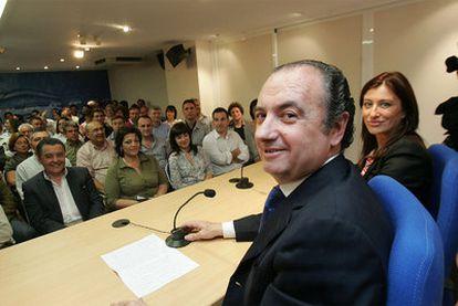 El presidente del PP de Alicante, José Joaquín Ripoll, en una reunión con alcaldes del partido en la provincia.