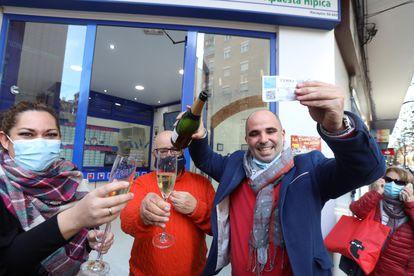 Celebración en el despacho de loterías Los Manolos de Salamanca este martes tras conocerse que han vendido quince décimos de El Gordo, el número 72897.
