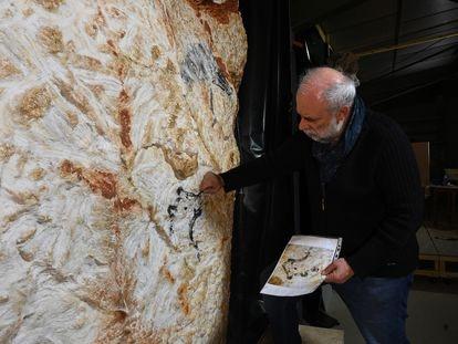 Gilles Tosello trabaja sobre la réplica de un tramo de la cueva de Cosquer que se instalará en el nuevo proyecto. Reproduce el 'Panel del felino', en el que se representan los dos ojos del animal, algo inusual en el arte prehistórico.
