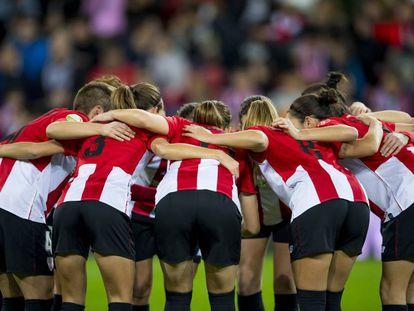 Las jugadoras del Athletic hacen un corro antes del partido contra el Atlético.