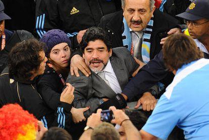 Maradona, junto a su hija Dalma, se encara e insulta a unos aficionados tras la derrota ante Alemania.