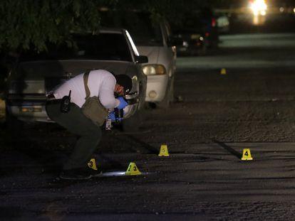 Peritos trabajan en la zona donde fue asesinado Arturo Alba Medina, en Ciudad Juárez.