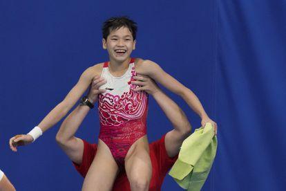 La china Quan Hongchan celebra su triunfo en los saltos de plataforma de 10 metros.