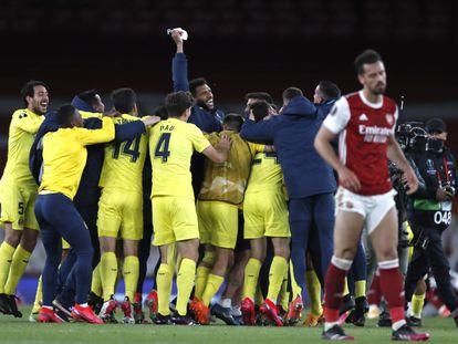 Los jugadores del Villarreal celebran la clasificación para la final de la Europa League tras eliminar al Arsenal este jueves en el Emirates.
