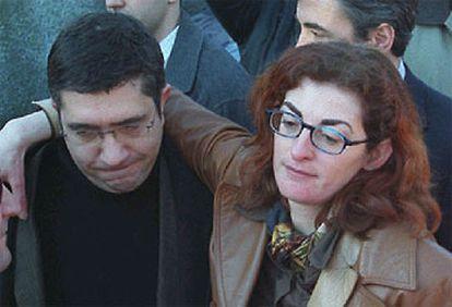 Maite, hermana del fallecido, con el líder del PSE, Patxi López.