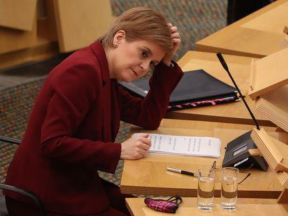 La ministra principal de Escocia, Nicola Sturgeon, este martes en el Parlamento autónomo en Edimburgo.