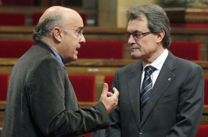 El presidente del ejecutivo catalán, Artur Mas (d), conversa con el consejero de Salud, Boi Ruiz (i), en el Parlament.