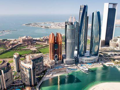 Vista aérea de varios rascacielos en Abu Dhabi.