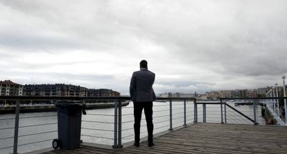 El líder del PSOE, Pedro Sánchez, habla por teléfono a la orilla del río Nervión, en el municipio vizcaíno de Portugalete.