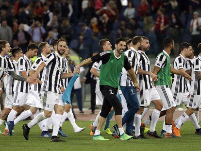 Los jugadores de la Juve celebran el título.