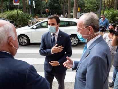 El ministro de Consumo, Alberto Garzón (c), a su llegada al Ayuntamiento malagueño.