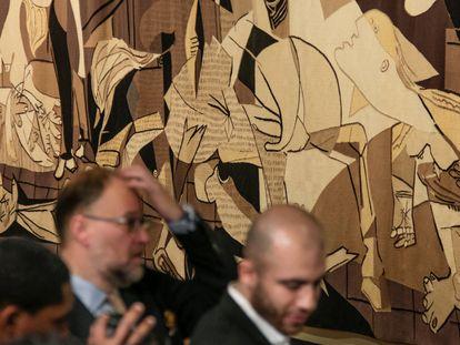 La copia del Guernica en la sede de la ONU en Nueva York fue el fondo en la recepción de prensa de Nikki Haley, primera mujer gobernadora de Carolina del Sur, en septiembre de 2018, poco antes de anunciar su dimisióon como embajadora de Estados Unidos ante la ONU. |