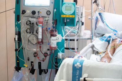 Un paciente con covid se somete al ensayo clínico que filtra la sangre y elimina los virus del torrente sanguíneo, en el hospital Vall d'Hebron de Barcelona.