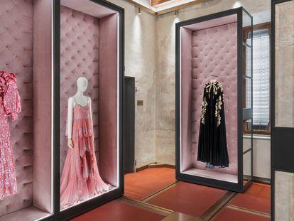 Prendas expuestas en los archivos de la casa Gucci en Florencia.