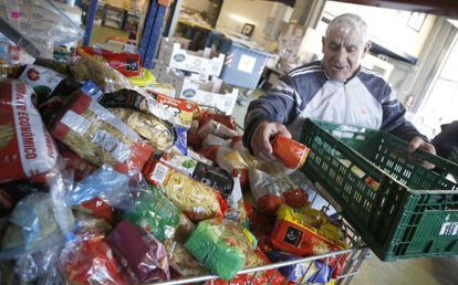 Una persona clasifica comida en el Banco de Alimentos de Gipuzkoa.
