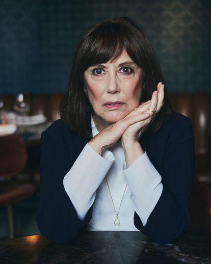 La actriz y escritora Marta Fernández-Muro posa para ICON en una cafetería del centro de Madrid, una ciudad que es tan suya como su propia mirada.