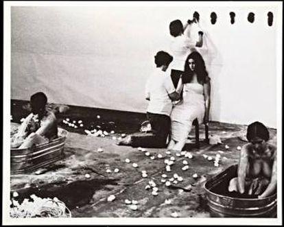 'Ablutions', performance en el Guy Dill's studio, con Judy Chicago, Suzanne Lacy, Sandra Orgel, y Aviva Rahmani (Patrocinado por Feminist Art Program at CalArts), 1972.