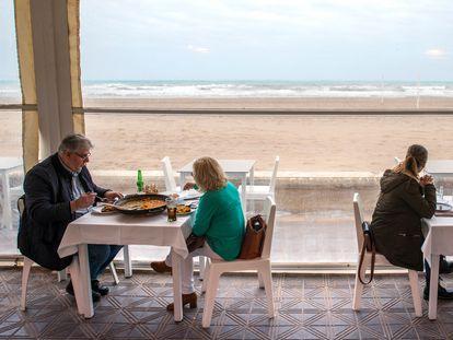 Varias personas en la terraza de un bar en Valencia, este lunes.