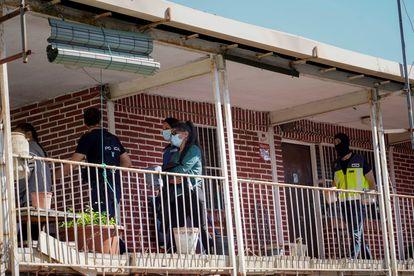 Varios agentes, durante los registros en supuestos narcopisos del distrito de Hortaleza de Madrid.
