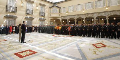 Los Reyes reciben en el Palacio de El Pardo a representantes de los miembros de las fuerzas de seguridad que participaron en el dispositivo desplegado durante la proclamación, este miércoles.