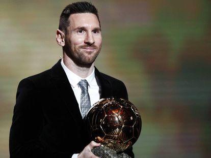 Messi posa con su sexto Balón de Oro en el teatro Chatelet de París.