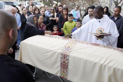 La madre del asesinado Antonio Zambrano, a la izquierda,en el funeral