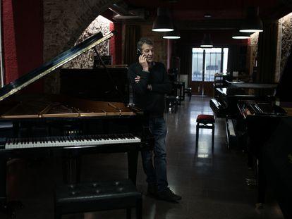 Josep Puig, en su tienda de pianos de Gràcia.