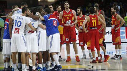 Los jugadores de la selección tras la derrota ante Francia.