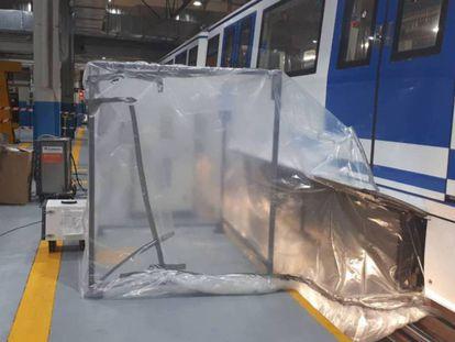 Trabajos para quitar el amianto de un vagón del suburbano, en una imagen de archivo.