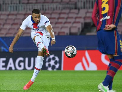 Kylian Mbappe golpea el balón en la eliminatoria de Champions contra el FC Barcelona.